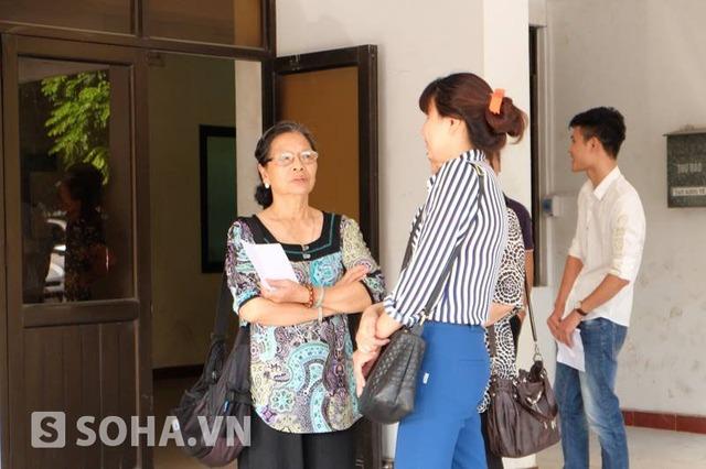 Bà Hiền và vợ bị cáo Tường trò chuyện trước giờ vào xử.