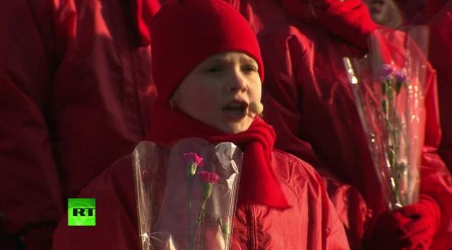 Các em nhỏ hát vang những bài ca ngợi ca công lao chiến sĩ Hồng quân Liên Xô.
