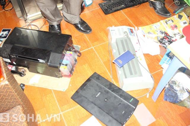 Cảnh sát còn thu giữ được thêm nhiều thiết bị in phục vụ cho việc làm giả các giấy tờ.