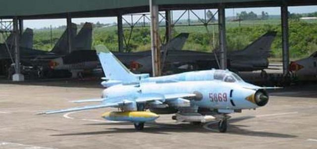 Su-22M4 mang tên lửa diệt radar Kh-25MP và thiết bị Vjuga-17