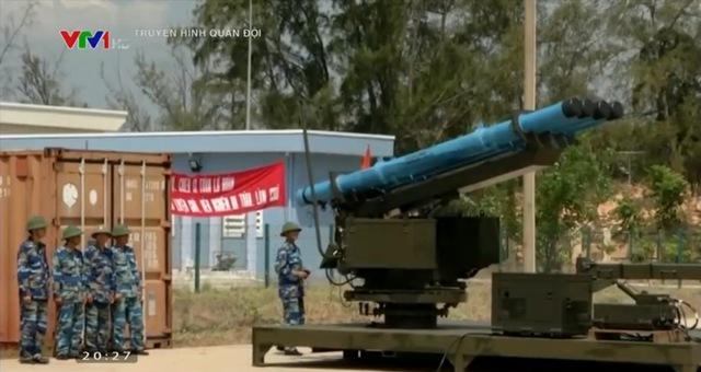 Chiến sĩ Lữ đoàn pháo - tên lửa bờ 685 huấn luyện với đạn ACCULAR. Ảnh chụp màn hình chương trình truyền hình Quân đội nhân dân.