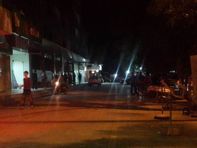 Theo ghi nhận đến 22h 20 phút hầu hết các hộ dân sinh sống ở tòa nhà đã trở về nhà, chỉ còn lại một vài người đứng bàn tán về sự việc.