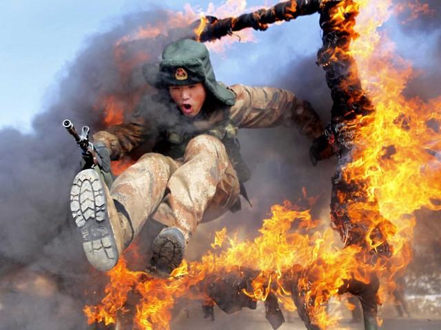 Lính biên phòng Trung Quốc huấn luyện vượt vòng lửa. Ảnh: Reuters/China Daily