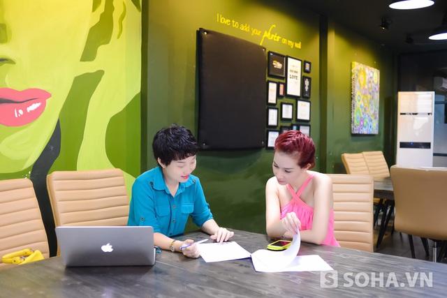 Tại đây, cô gặp gỡ và bàn bạc công việc với quản lý, chị Xuân. Từ khi Quỳnh Chi quay trở lại làng giải trí, cả hai mới bắt đầu làm việc với nhau. Dù chỉ mới hợp tác một thời gian ngắn nhưng hai bên làm việc rất ăn ý.