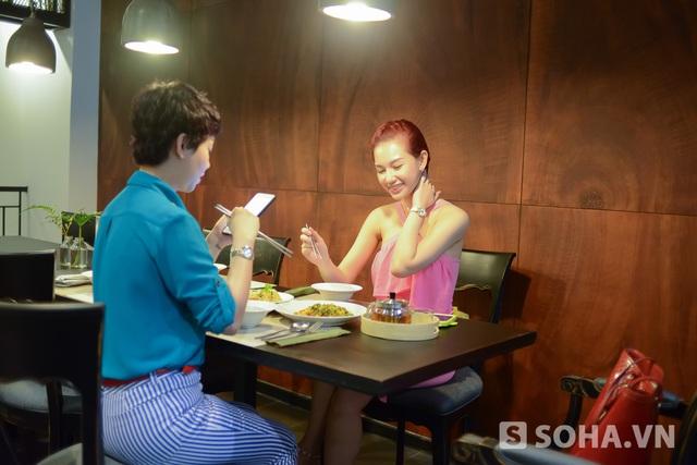Cũng như số đông những người nổi tiếng khác, Quỳnh Chi đã quen với những bữa cơm tạm bợ, những giấc ngủ tranh thủ. Thế nên hôm nào có đủ thời gian để tận hưởng, người đẹp tự thưởng cho bản thân bằng cách ăn những món mình thích. Hôm đó, cô di chuyển sang nhà hàng Thái của một người bạn.