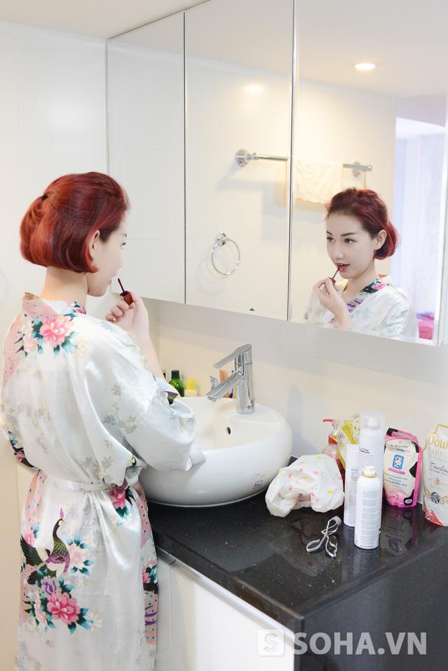 Sau khi vệ sinh cá nhân, Quỳnh Chi trang điểm nhẹ nhàng trước khi ra khỏi nhà. Chi không mất quá nhiều thời gian cho việc này đâu, chỉ sử dụng một ít bb cream và son môi thôi, cô cười.