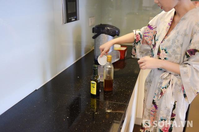 Cho 1 thìa dầu oliu, 1 thìa mật ong, một ít chanh vào nước khuấy đều để uống là bí quyết giúp Quỳnh Chi giữ gìn được sức khỏe trong quá trình detox giảm cân. Ngoài ra, cô còn sử dụng tinh bột nghệ như một loại thức uống để chăm sóc da.
