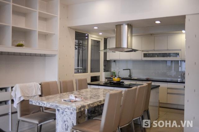 Đi sâu vào bên trong là phòng phếp và phòng khách. Vì Quỳnh Chi rất bận rộn, ít khi có thời gian nấu ăn nên gian bếp có phần giản dị. Tuy nhiên nữ MC xinh đẹp tiết lộ, cô rất thích mời bạn bè về nhà để nấu nướng.