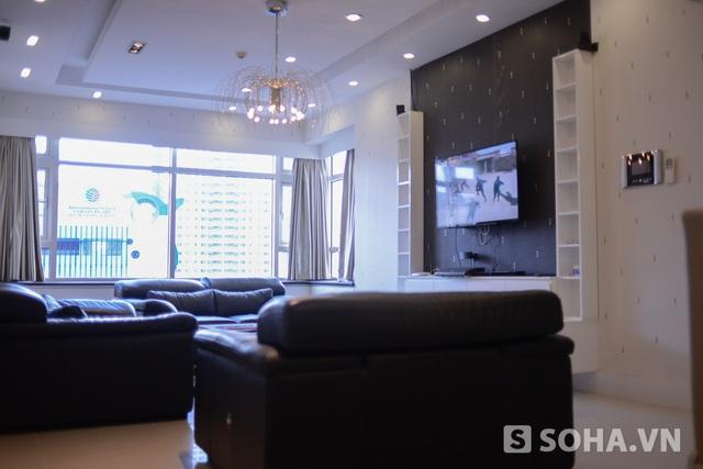 Ở bên trái bếp là phòng khách, nơi cô đọc tạp chí, xem tivi và tiếp chuyện với bạn bè.