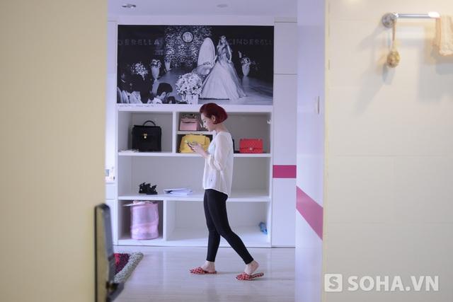 Phòng ngủ của người đẹp cũng có sắc trắng trang nhã và rất ngăn nắp.