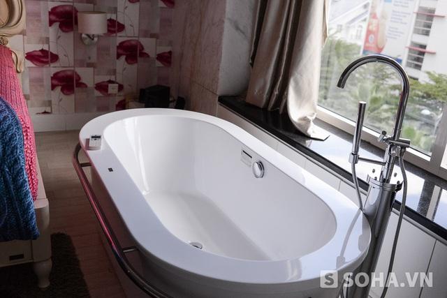 Bồn tắm đặc biệt được thiết kế cạnh giường. Người đẹp chia sẻ, nếu có thời gian rảnh, cô sẽ đợi đến buổi chiều, khi những công trường chung quanh dừng làm việc, để ngâm mình thư giãn.