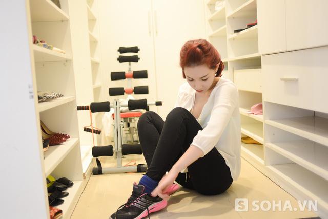 Trở về căn hộ, sau khi nghỉ ngơi một chút, người đẹp mang giày để tập thể dục. Quỳnh Chi tâm sự, cô không phải là tuýp người theo được các bài tập một cách bài bản ở phòng tậy gym. Thế nên, cô tự chọ cho mình các phương pháp tập luyệt đơn giản, phù hợp với bản thân.