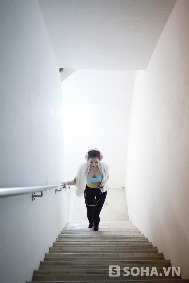 Căn hộ của Quỳnh Chi nằm ở tầng 2 của tòa nhà 35 tầng. Mỗi ngày, cô đều leo lên tầng cao nhất để vòng ba luôn được săn chắc. Trong quá trình leo, cô không hề nghỉ mệt. Nói thì nghe khó vậy chứ leo dễ không à, cô cười. Tuy nhiên, hôm đó chỉ có mỗi Quỳnh Chi leo lên tầng cao nhất còn chúng tôi đợi cô ở dưới sảnh vì tự thấy mình không làm được điều đó.