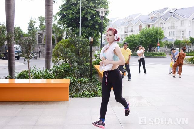 Sau khi lên xuống một vòng cầu thang, Quỳnh Chi lại xuống chạy bộ ở phía dưới. Có sức khỏe để làm tốt công việc là những gì người đẹp luôn hướng tới trong chính thời điểm này.