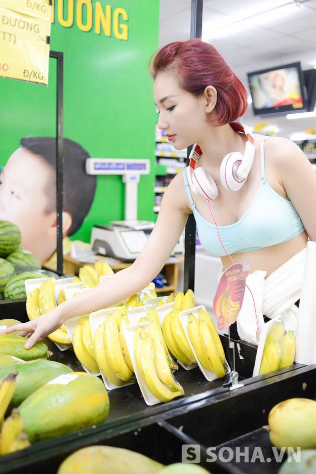 Vì ở một mình nên Quỳnh Chỉ hầu như không nấu ăn. Thỉnh thoảng, cô chỉ đi siêu thị gần nhà để mua những thứ tất yếu như đồ dùng cá nhân hoặc đồ ăn vặt.