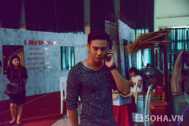 10h sáng, Đông Hùng đến sân khấu của chương trình Giai điệu tự hào để tập bài. Dù đã ở Sài Gòn khoảng 2 năm nhưng anh chưa thông thạo hết đường phố ở đây. Khi tìm đến với nhà thi đấu Lãnh Binh Thăng, Đông Hùng phải nhờ đến sự trợ giúp từ phần mềm chỉ đường của điện thoại.