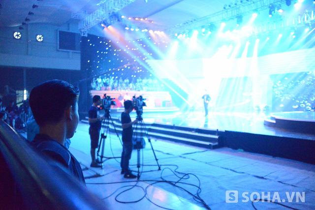 Khoảng 3h chiều, chương trình mới bắt đầu khởi quay. Khi Tấn Minh lên sân khấu trình diễn ca khúc đầu tiên, nam ca sĩ ngồi bên dưới lắng nghe một cách chăm chú rồi hết lời khen ngợi: Hay quá.