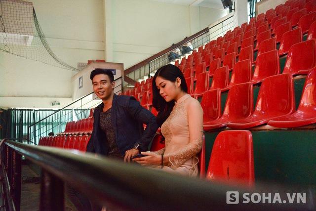 Khi nữ ca sĩ hát cùng tiết mục với anh đến sân khấu, Đông Hùng liền đổi chỗ, trò chuyện với cô về bài vở và những câu chuyện