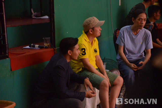 Sau khi hát xong, anh nhanh chóng di chuyển đến chỗ nhạc sĩ Quốc Trung, người phối khí cho những bài hát trong liveshow, để hỏi thăm ý kiến. Đối với một ca sĩ trẻ như Đông Hùng, những lời góp ý của đàn anh rất có ý nghĩa.
