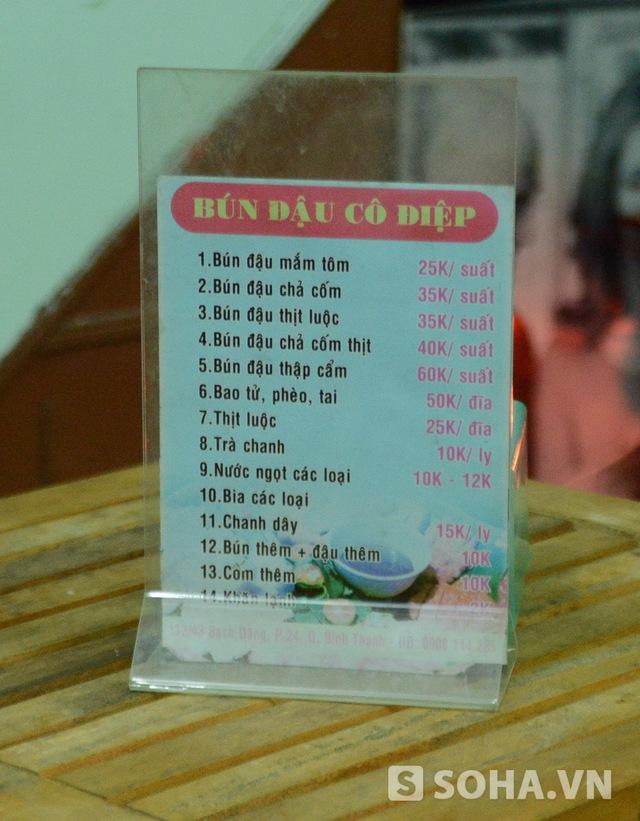 Thực đơn bún đậu nhà Đông Hùng. Theo lời mẹ anh chia sẻ, mỗi ngày quán ăn mở cửa từ 7h sáng đến 9h tối. Bình thường mỗi ngày quán bán được 3kg bún, ngày đắt hàng có thể đến 4,5kg.