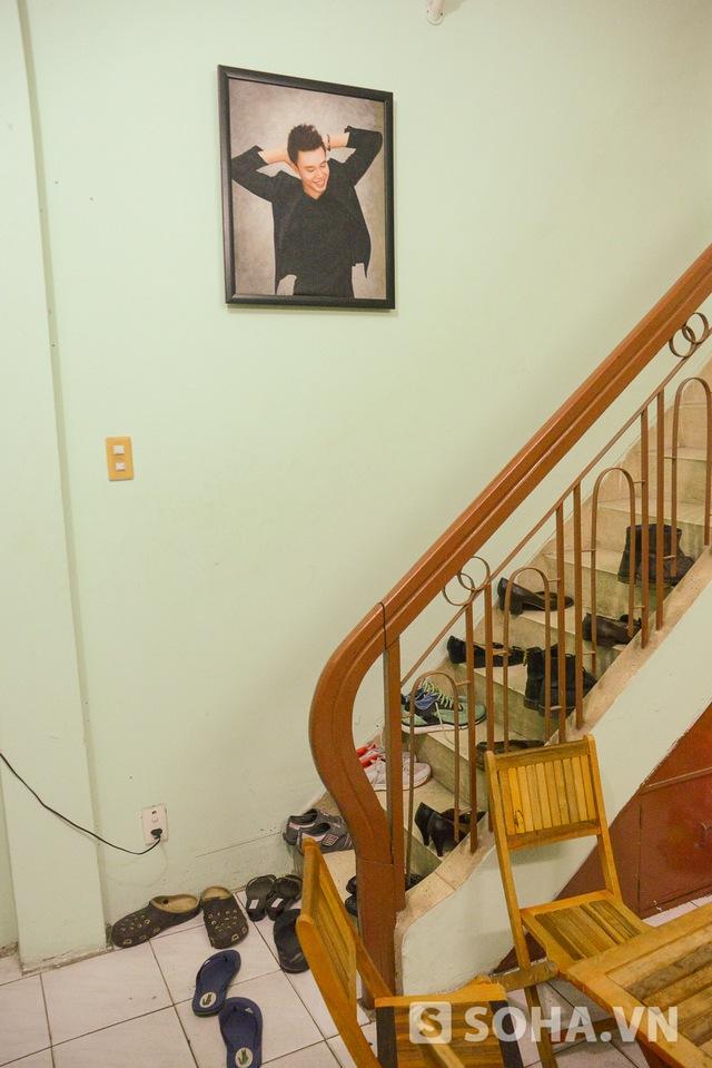 Phía cầu thang dẫn lên nhà trên có treo một tấm ảnh của Hùng. Theo lời anh, việc Hùng quyết định mở hàng bún đậu một phần cũng để khẳng định với mọi người anh không hề chạy trốn và đang tích cực làm việc để trả nợ.