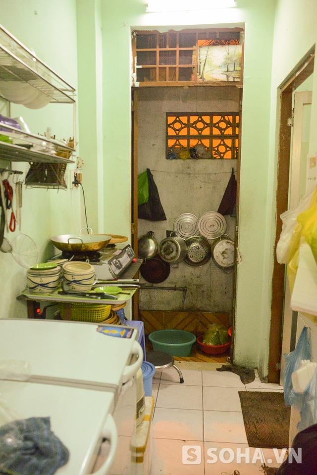 Một góc nhà bếp, nơi chế biến bún đậu. Tuy việc buôn bán ngày càng trở nên thuận lợi nhưng mọi việc chi tiêu trong gia đình phần lớn dựa vào caste đi hát của Đông Hùng.