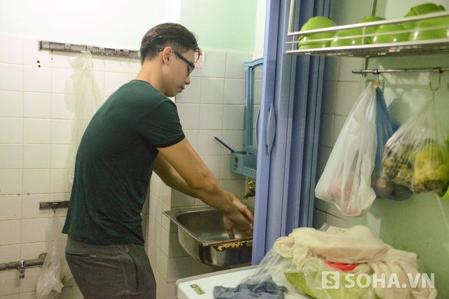 Vừa nói chuyện điện thoại xong, Hùng lập tức đi vào bếp để chuẩn bị suất bún đậu cho hai người ăn. Vừa làm anh vừa hồ hởi: Công đoạn đầu tiên là rửa tay nhé, chế biến thực phẩm thì phải sạch mới được.
