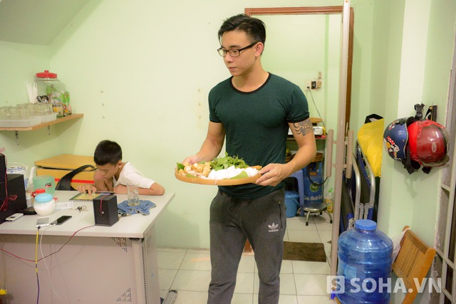 Tự tay bưng đồ ăn phục vụ khách nên Đông Hùng thường đùa bún đậu nhà anh là bún đậu ngôi sao.