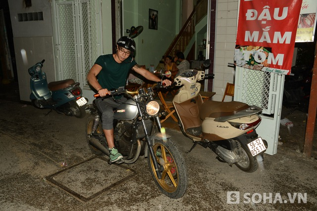 8h tối, anh ra khỏi nhà và di chuyển đến phòng tập gym. Chiếc xe Hùng đang đi là do anh xin được từ Ban tổ chức cuộc thi Vietnam Idol và thêm tiền vào sửa chữa.