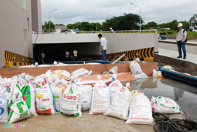 Ban quản lý chung cư là dùng bao tải cát ngăn ngay miệng hầm để chống ngập nếu trời tiếp tục đổ mưa. Ảnh: Zing.vn
