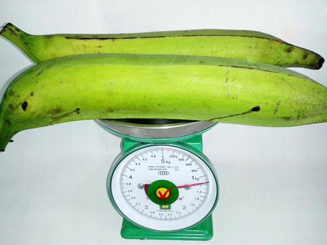 Hai quả chuối tá quạ nặng hơn 1kg. (Ảnh: Zing)