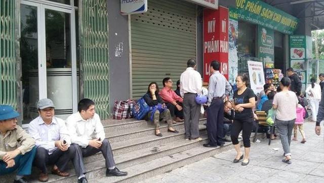 Người dân tập trung dưới khu vực tòa nhà ở chung cư Xa La.
