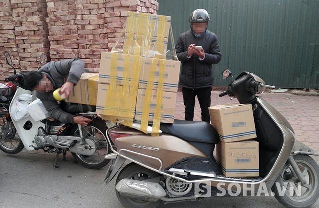 Những chân rết thu gom hàng thanh lý đang đóng gói hàng để chuẩn bị chuyển về kho (Ảnh: LN)