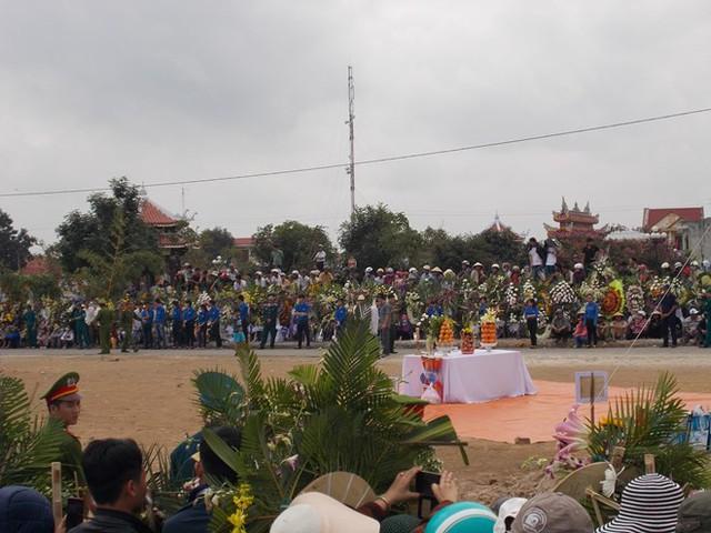 Rất đông người dân đã tập trung tại khu vực án táng ông Nguyễn Bá Thanh (Ảnh: Lao Động)