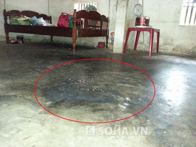 Sàn nhà nơi Đàm đang bế con thì bị chồng tưới xăng lên thiêu sống.