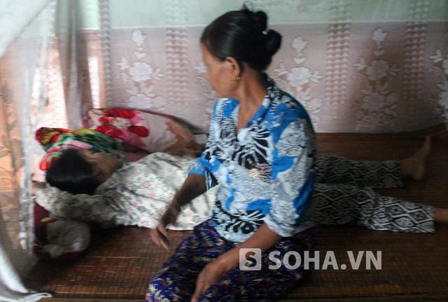 Suốt 2 ngày qua, bà Đậu Thị Xuân (mẹ Đàm) luôn ngất xỉu và sốc nặng khi nghe tin con gái cùng cháu ngoại bị chồng đổ xăng đốt.