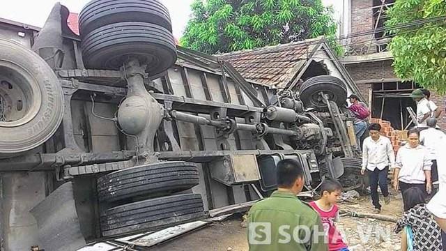 Nhiều người dân tham gia giúp đỡ gia đình bị nạn và tài xế xe tải