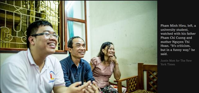 Hình ảnh quây quần xem Táo quân của gia đình bạn Phạm Minh Hiếu được đăng tải trên New York Time.