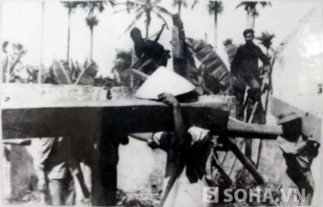 Hình ảnh người dân làng K130 dỡ nhà làm đường ngày 13/8/1968 được lưu giữ.