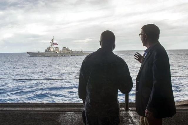 Ông Carter và ông Francis đàm đạo trên tàu Theodore Roosevelt, phía xa là tàu Lassen. Ảnh: Reuters
