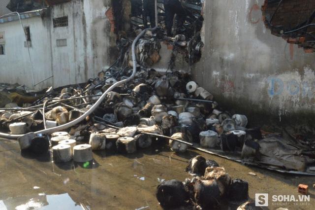 Nhiều máy móc và nguyên vật liệu trong xưởng dệt bị thiêu rụi