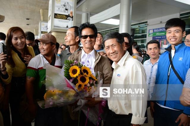 Khi đáp xuống sân bay Tân Sơn Nhất, Chế Linh bất ngờ khi thấy rất nhiều người nhận ra ông. Họ nhanh chóng tạo thành vòng vây xung quanh ông và đòi... xin chữ ký.