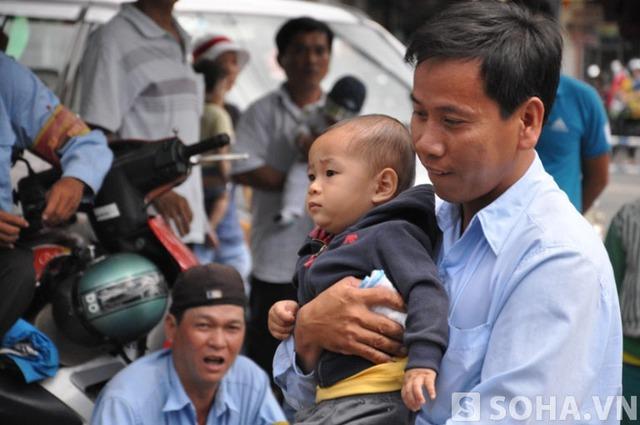 Bé Huy được cha và những người thân trong gia đình đưa xuống Bệnh viện Nhi Đồng 1 tái khám