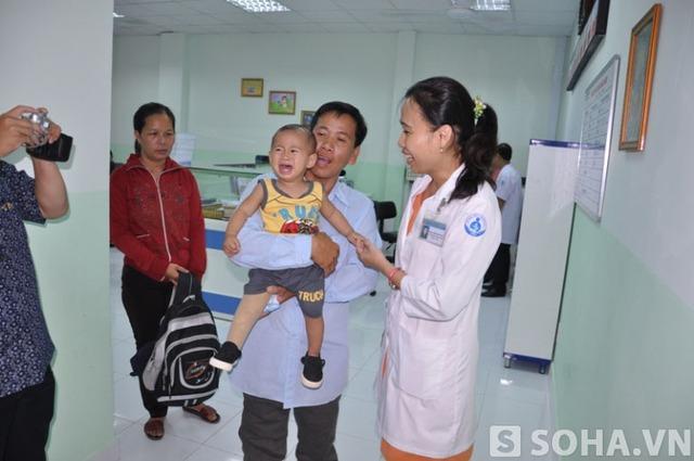 Mới bước vào bệnh viện cháu bé thấy nhiều người lạ nên khóc