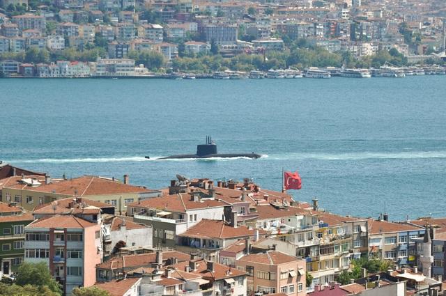 Một tàu ngầm Type 209 của Hải quân Thổ Nhĩ Kỳ tuần tra tại eo biển Bosphorus