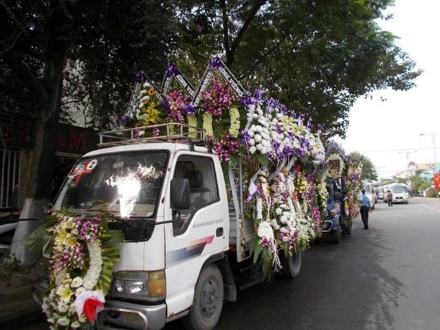 Các xe tang chở vòng hoa đã sẵn sàng (Ảnh: Lao Động)