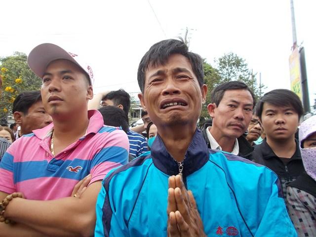 Một người dân bày tỏ sự thương tiếc đối với sự ra đi của cố Bí thư Thành ủy Đà Nẵng (Ảnh: Lao Động)