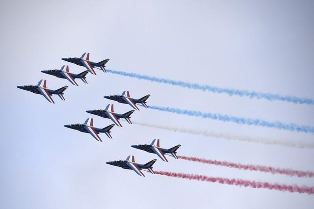 Đội bay biểu diễn Patrouille de France của Không quân Pháp tại lễ khai mạc triển lãm.