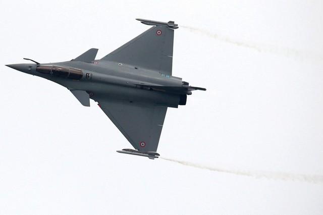 Máy bay chiến đấu Dassault Rafale của Không quân Pháp bay biểu diễn. Sau 1 thời gian dài không tìm được khách hàng xuất khẩu thì mới đây Rafale đã nhận được đơn hàng từ Ấn Độ và Ai Cập.