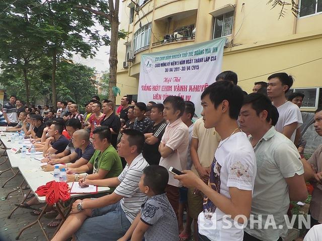 Rất đông người dân hiếu kỳ đến xem cuộc thi